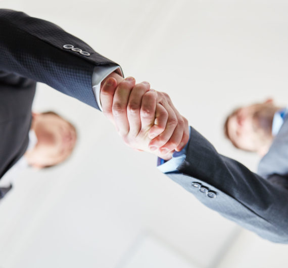 Zwei erfolgreiche Geschäftsleute machen einen Business Handschlag